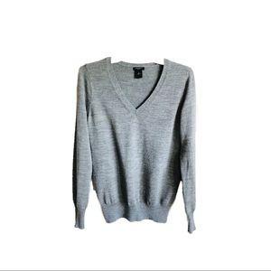 Ann Taylor   LOFT   Gray V-Neck Sweater sz M ✨